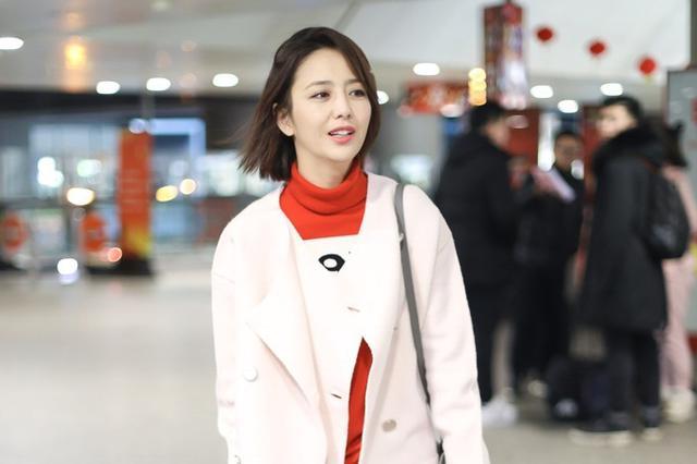 佟丽娅现身机场发型不羁 红色毛衣显节日气氛