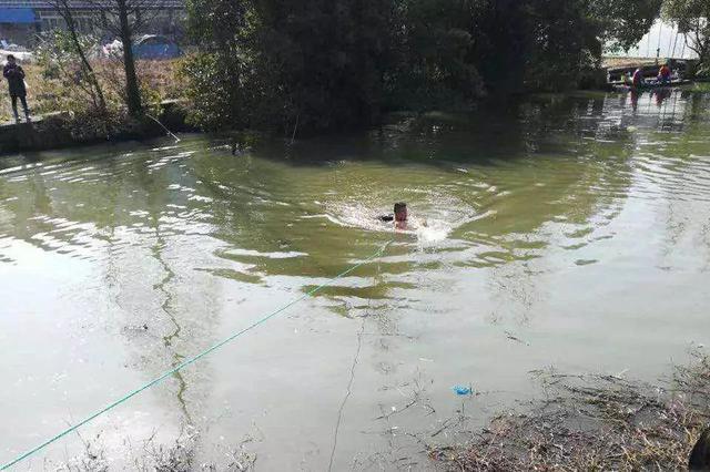 台州1女子跳河轻生 热心村民跳入冰冷河水中将其救起