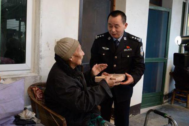 浙江58岁民警3年自掏腰包 老人吃上爱心年夜饭(图)