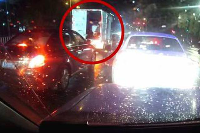 台州1厢式货车车门未关 民警走近提醒发现内藏12人