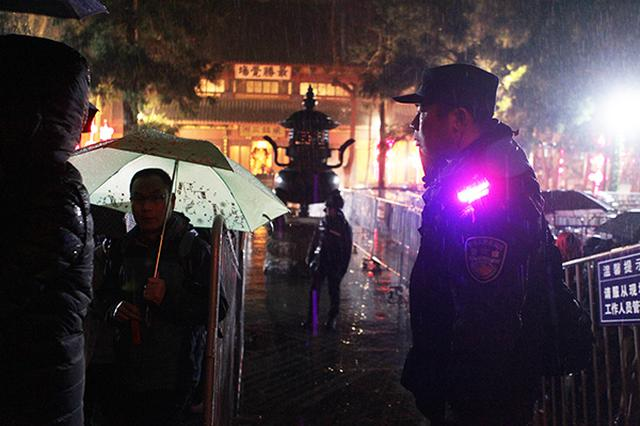 除夕夜杭州170名特警执勤灵隐寺 确保香客、游人安全