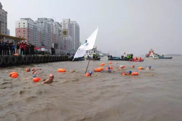 温州300多个猛男跳进河里 用这种方式迎新春