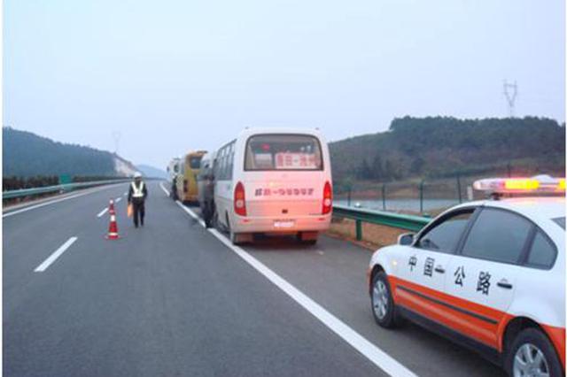 浙江一司机高速公路行车道开车门通风 被扣6分罚200