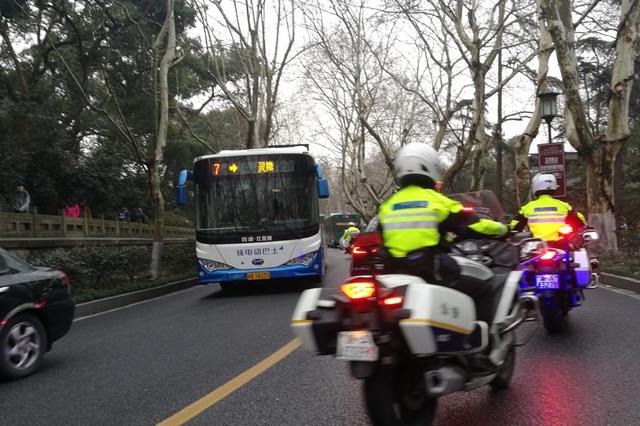 杭城大年初三春雨来袭 西湖景区交通仍现出行高峰