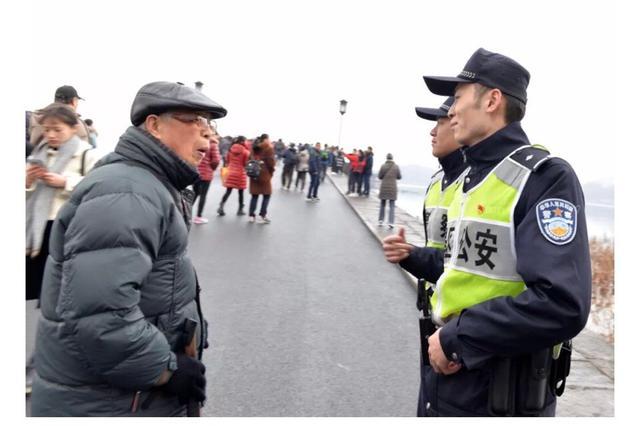 杭州1民警春节无法与家人团聚 新婚妻子冒雨送礼物