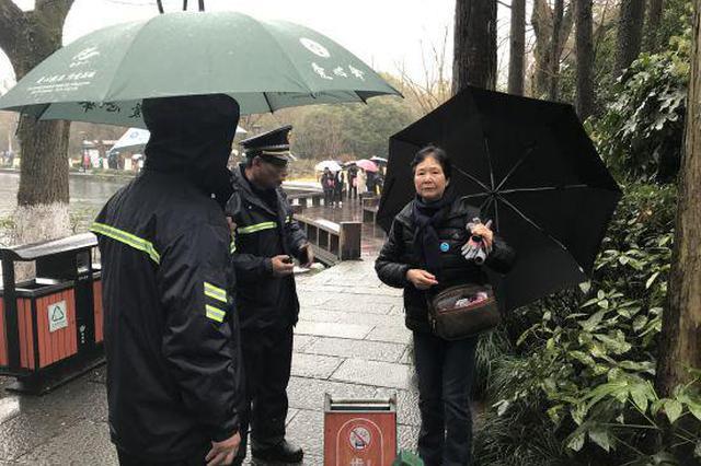在杭1香港游客雨天走散 西湖城管联动1小时寻回