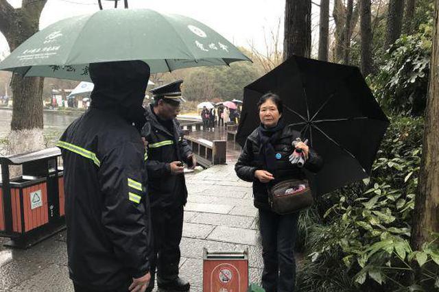 香港游客雨天走散 杭州西湖城管联动1小时寻回