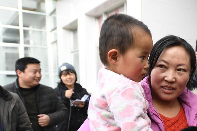 温州婴儿被人遗弃 值班民警充当奶爸一路守护
