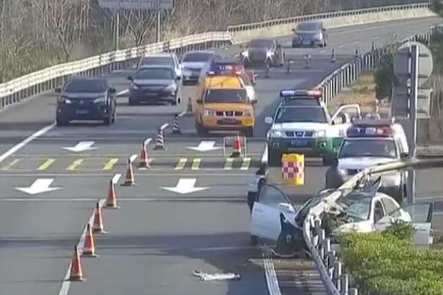 温州1男子疲劳驾驶致3人受伤 高速交警全程护送就医