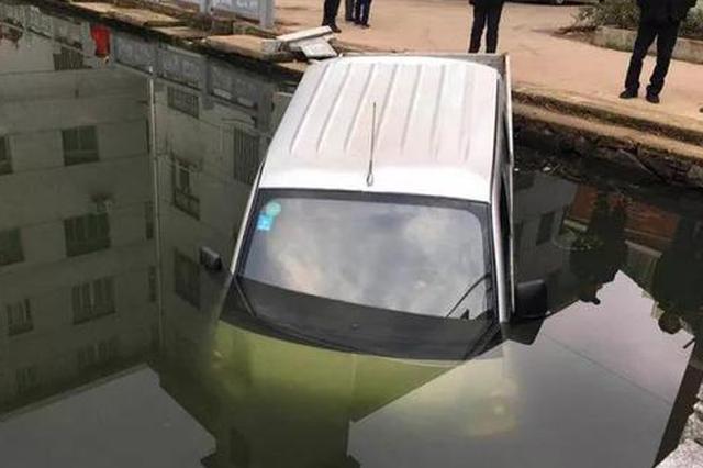 金华1司机把油门当刹车踩 小货车一头栽在池塘中