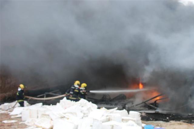 温州市区蒲鞋市菜场起火 三家店面被烧