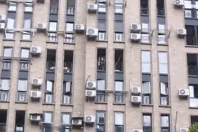 杭州一25层高楼外墙挂200台空调