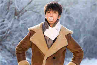 王俊凯雪地吹泡泡 清爽少年感扑面而来