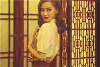 Angelababy登封走文艺复古风 红唇娇艳似芭比