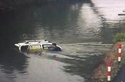 杭州小伙0℃天气跳河救人走红 监控视频却令人跌眼镜
