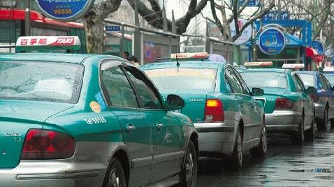 杭州女子卷入出租车车底 20多人帮忙