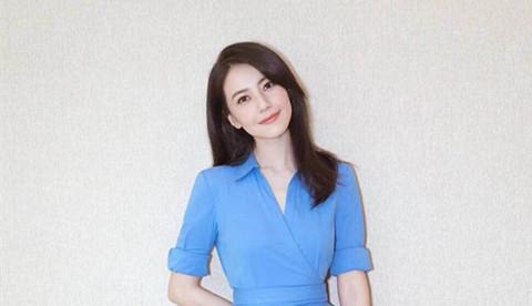 高圆圆穿蓝色连衣裙清新甜美 披肩长发妩媚动人