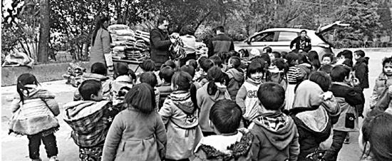 杭州姑娘给贫困孩子买棉袄 被无良卖家换成短袖薄衣