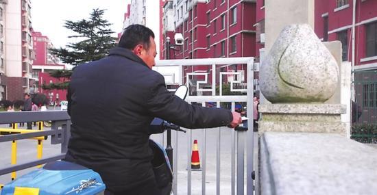杭州1男子嫌进出小区刷卡太麻烦 选择拆掉门锁被拘