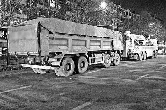 杭州深夜1工程车撞上电动车 致男子卷入车底大腿被压