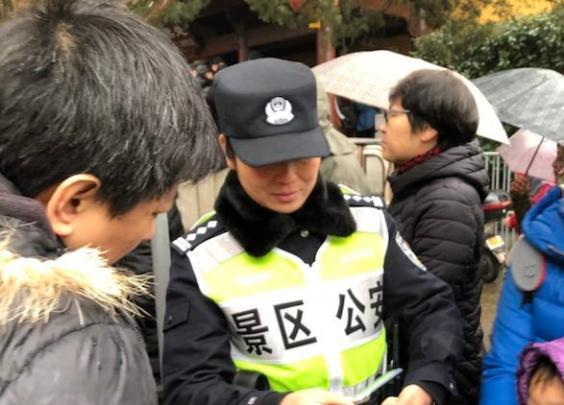 除夕夜杭州110接报警4061起 民警半小时吃完年夜饭
