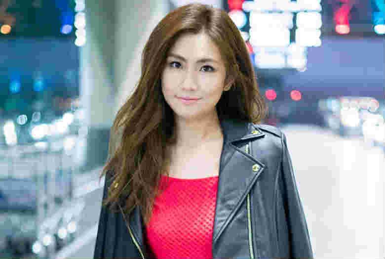 Selina出发纽约时装周 皮衣搭红裙美回巅峰期