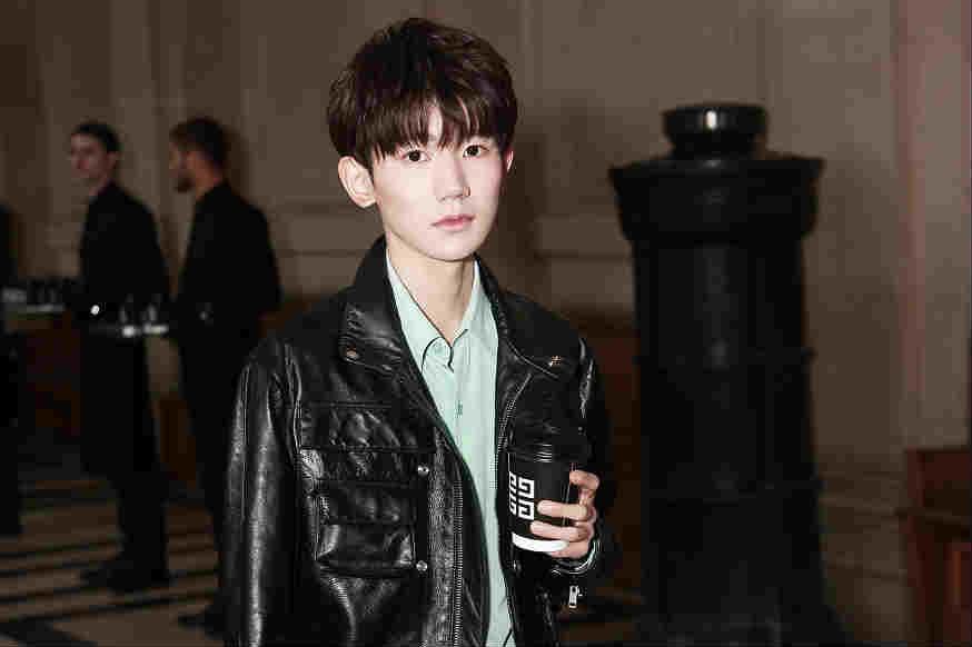 王源亮相巴黎时装周 致敬经典演绎摇滚少年