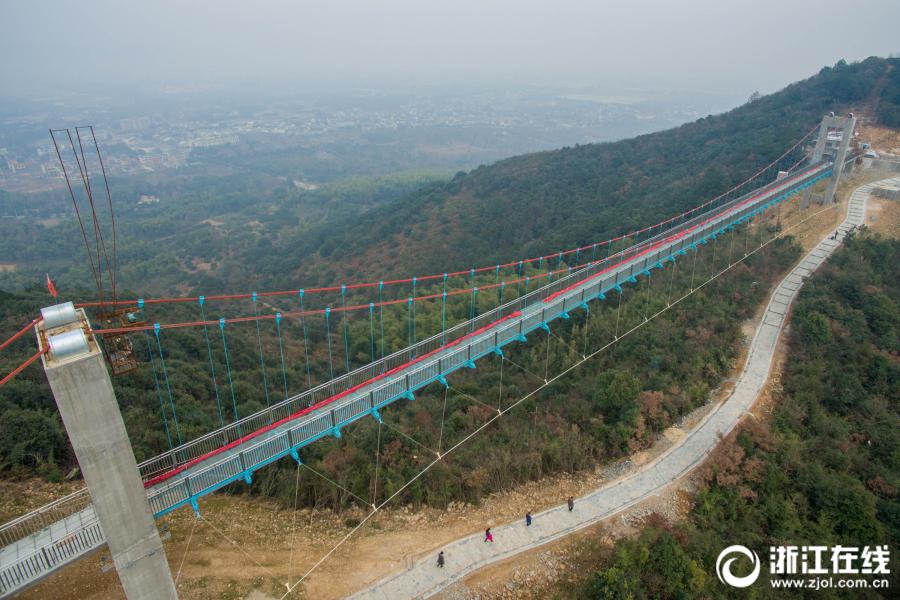 浙江最长玻璃悬索桥完工 全长186米玻璃桥面宽2.6米