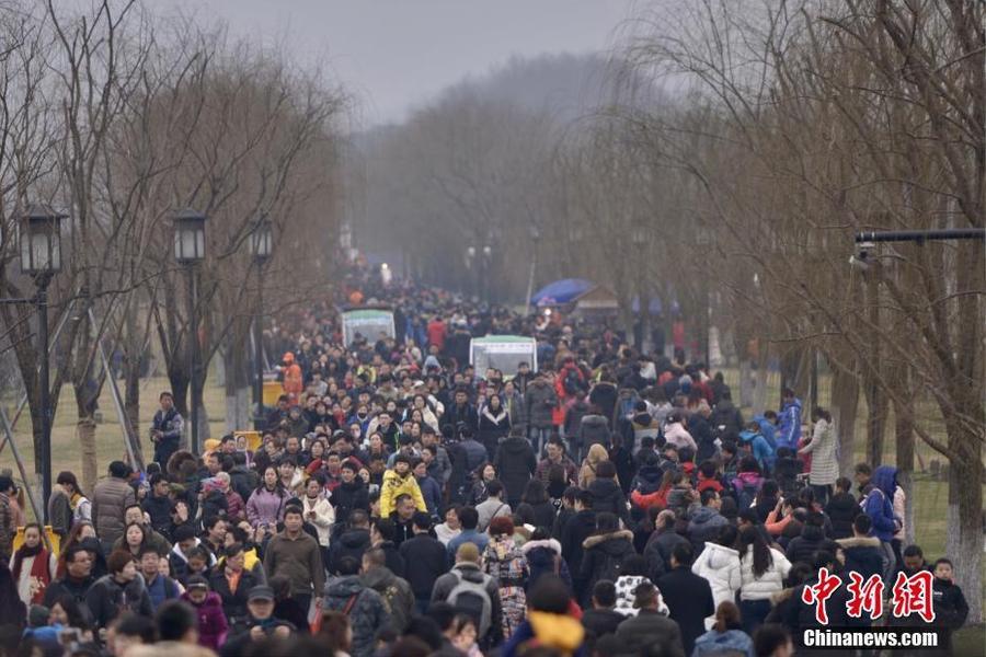 杭州西湖景区春节期间游客爆满 断桥变成人桥(图)