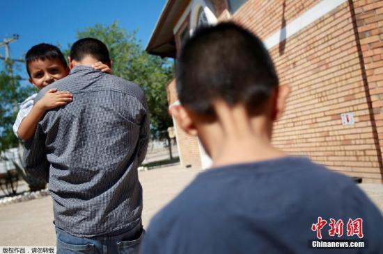 資料圖:美墨邊境非法移民兒童被強行從父母身邊帶走。