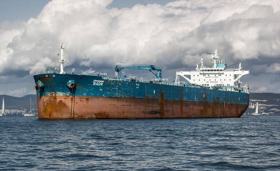兩艘油輪在伊朗附近海域遇襲 一艘被魚雷擊中起火