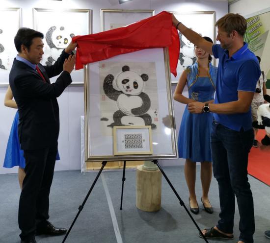 """""""太極熊貓""""郵票在武漢世界郵展首日首發"""""""