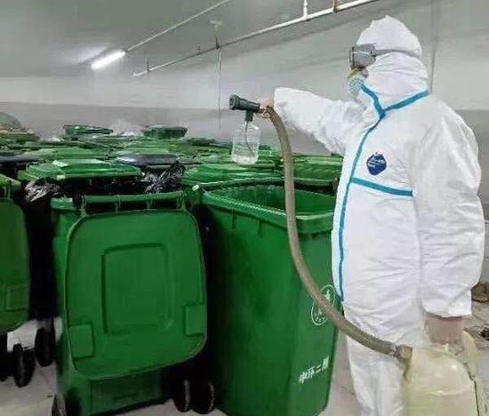 �D丨中�h工作人�T��垃圾桶等公共�^域�M行全方位消��