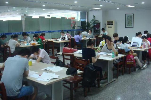 """蚌埠市圖書館人氣""""爆棚"""" 自習室一座難求  -"""
