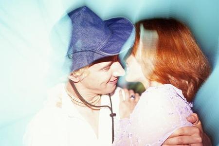 阴唇吻_男生吻女生时。下面勃起顶女生.-男女朋友接吻时,男生勃起会顶