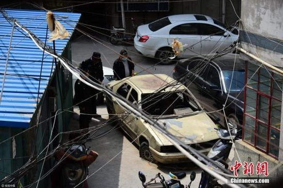 郑州僵尸车十几年未挪窝 车轮嵌进水泥地