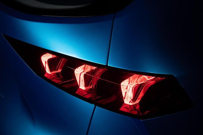 尾灯采用时下流行的LED光源,两侧灯组间还创新性地增添点状光源,<a href=