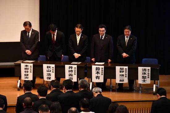 日本6市市长为死亡女孩默哀。(千叶日报)