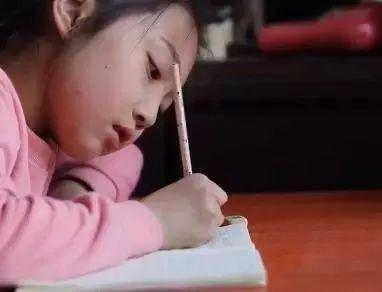 正在写日记的张梓涵。视频截图