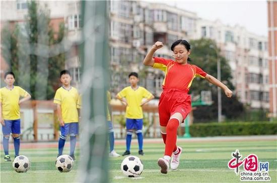 9月23日,河北省邢台市内丘县平安小学学生在进行足球训练。新华社记者 朱旭东 摄