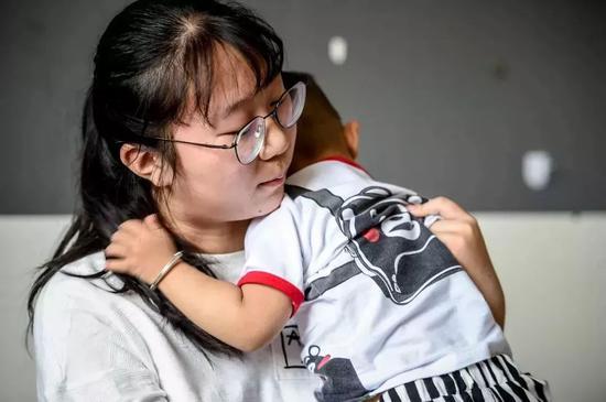 心悦抱着弟弟。图片来源:杭州日报微信公众号。