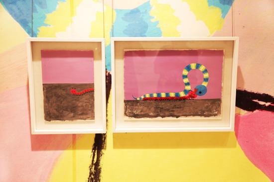 """2016安奈儿""""一起长大""""画展现场,著名艺术家麦克·格雷涅茨作品《小小的蛇 ·大大的梦》"""