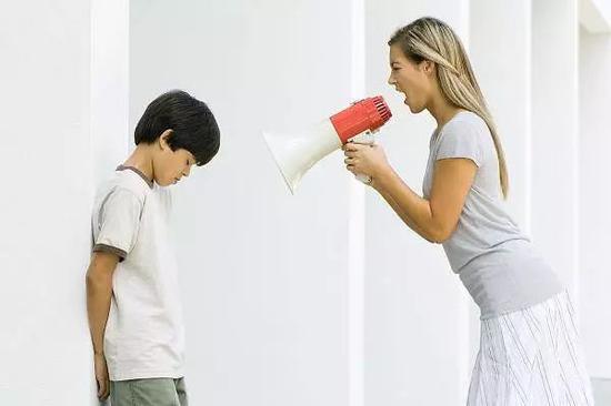 15�q男孩看到�l都害怕一查是病 �@事和他父母有�P