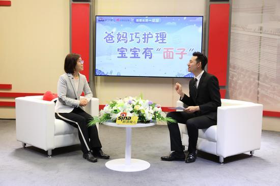 郑玉巧主任(左)谈如何营造有利于孩子成长的家庭环境