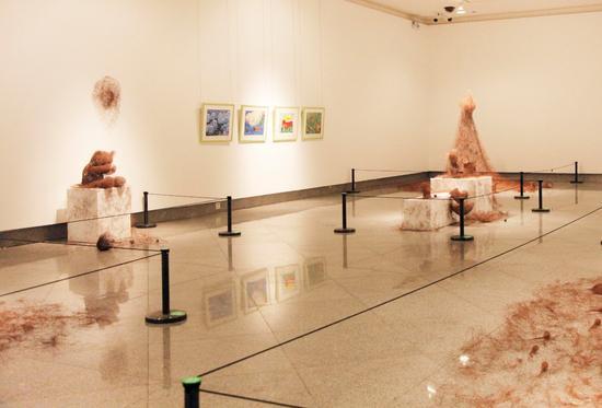 """2017安奈儿""""一起长大""""画展现场,青年艺术家李娜的作品和孩子的画作同场展出"""