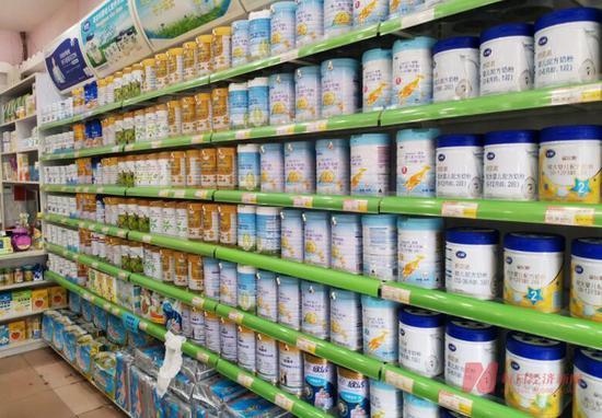 某母婴店的奶粉货架 图片来源:每日经济新闻 资料图