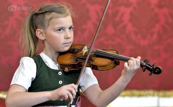 奥地利7岁女童为总统演奏小提琴