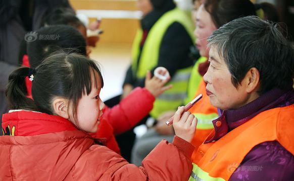 迎妇女节 孩子们为城市美容师化妆