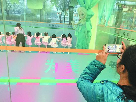 父母眼中的孩子 本报记者 贾宁 摄