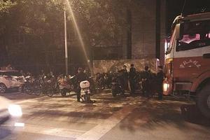 南京公办小学新生报名首日家长通宵排队